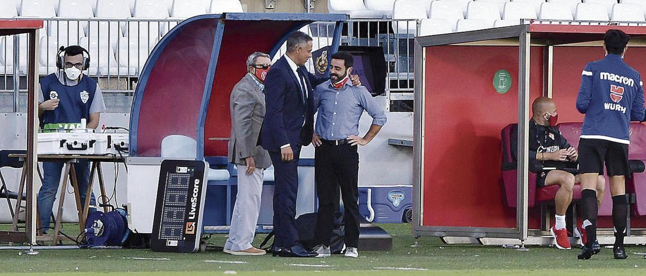 David Gallego, a la derecha, saluda a José Gomes, el entrenador del Almería.