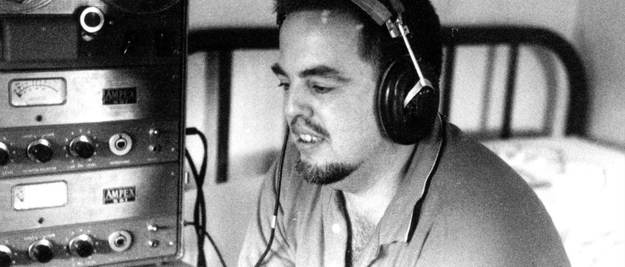 Alan Lomax escucha una grabación en los años cincuenta