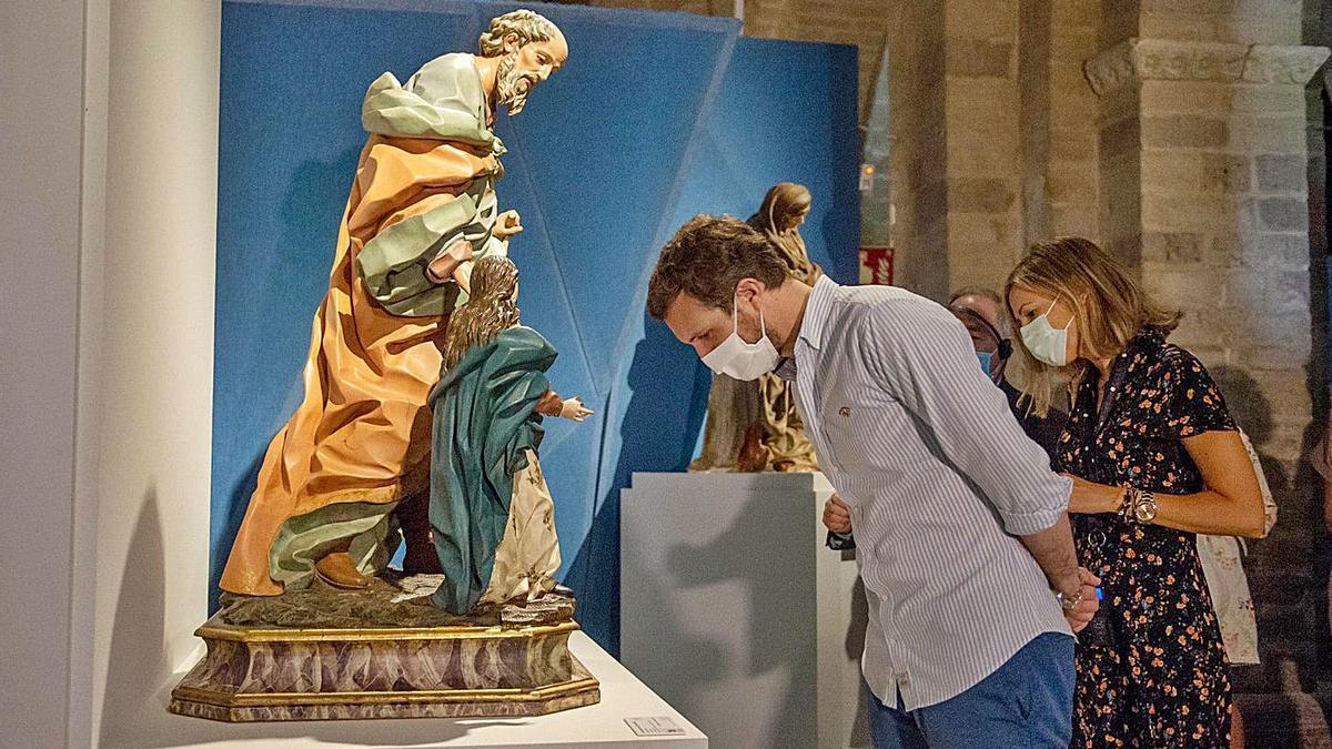 """Pablo Casado observa una de las piezas que se muestra en la exposición de """"Las Edades del Hombre"""", en Carrión de los Condes (Palencia)."""