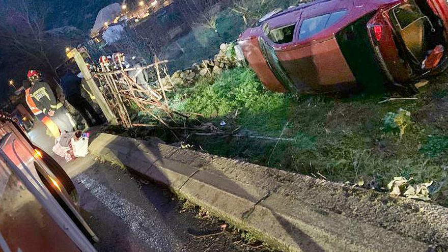 Rescatan a una mujer tras sufrir una salida de vía con su turismo en La Vid de Gordón, León