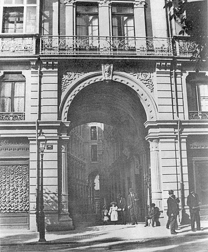 """Una fotografía de principios del siglo XX en la que se aprecia el aspecto original del """"Pasaje de Don Santos""""."""