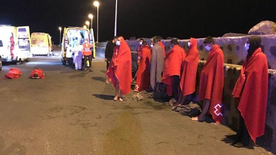 Localizado sin vida uno de los 11 desaparecidos en el mar tras naufragar una patera cerca de Lanzarote