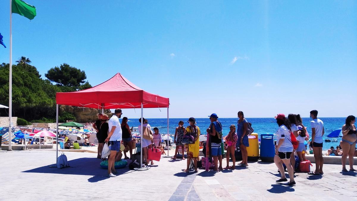 Los bañistas hacen cola para poder entrar en la playa de la Fustera