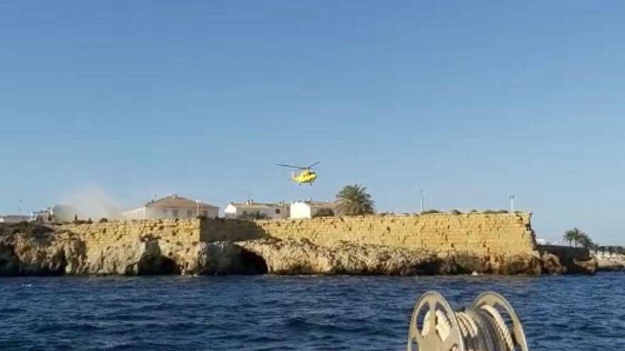Rescatan en helicóptero a un joven en la isla de Tabarca al golpearse contra las rocas mientras saltaba