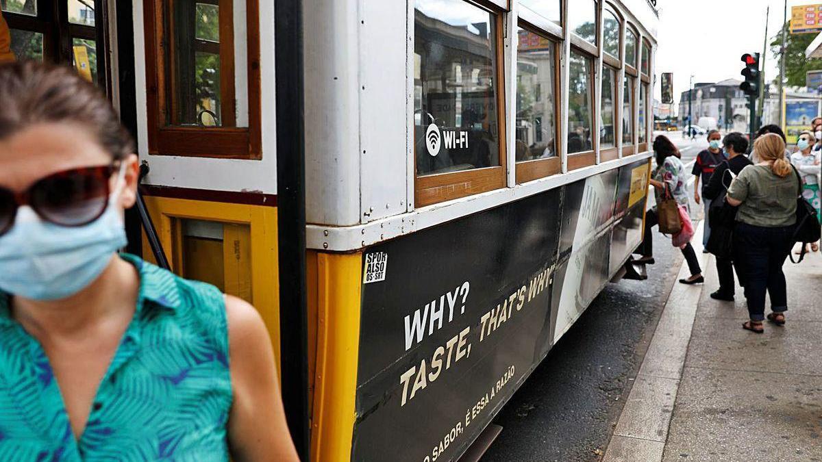 Pasajeros del tranvía en una estación de Lisboa, donde se reforzará el transporte público.