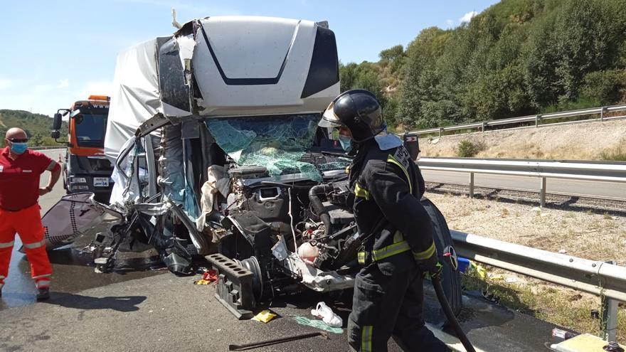 Dos heridos al chocar dos camiones en la A-52, en dirección a Benavente