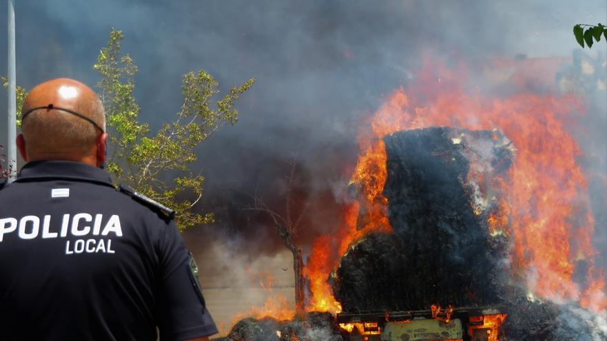 Aparatoso incendio de un camión cargado de paja en la zona industrial del Chorrito en Monesterio