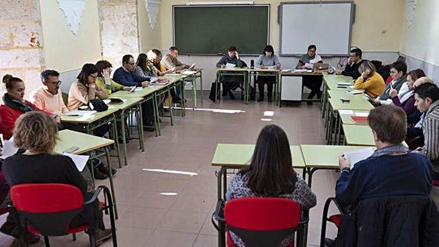 Reunión de los profesores de la asignatura de religión de Castilla y León en un aula del Seminario San Atilano.