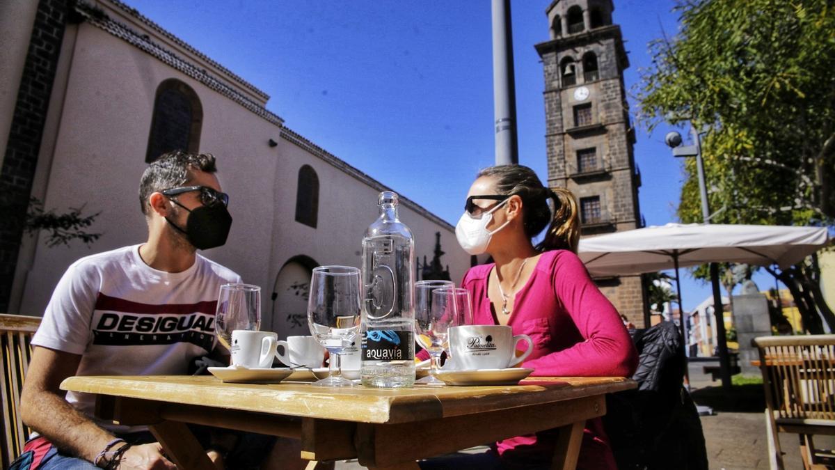 Dos personas disfrutan en una cafetería de La Laguna.
