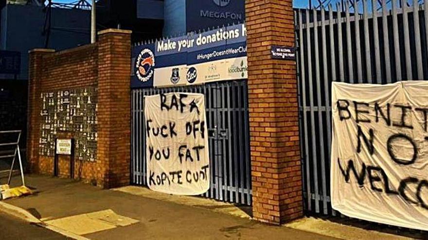Dos pancartas contra Benítez por su posible fichaje por el Everton