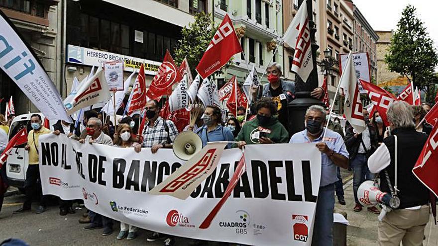 Protesta en Oviedo de los trabajadores del Banco Sabadell contra el ERE para 1.860 empleados en España