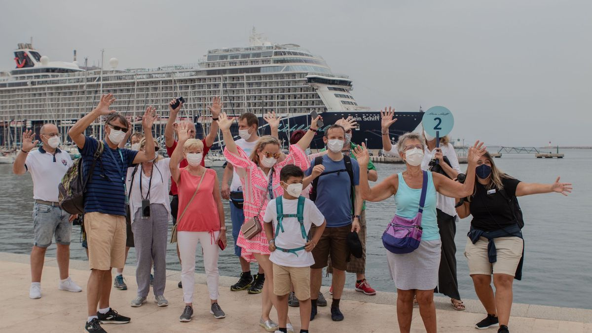 Atraca en Cartagena el primer crucero que llega a España tras la covid.