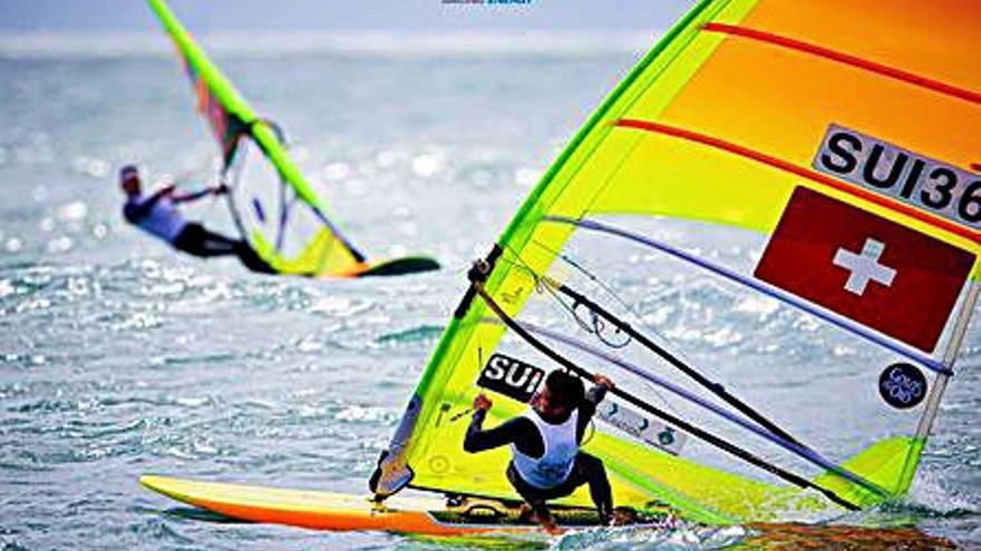 Mateo Sanz cae al décimo puesto en el Mundial de windsurf RS:X en aguas de Cádiz