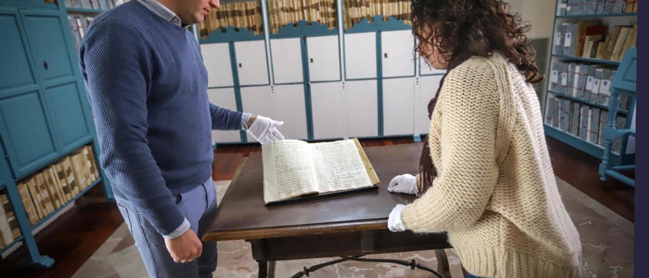 Los investigadores Mariano Cecilia y Gemma Ruiz observando legajos de un archivo. TONY SEVILLA