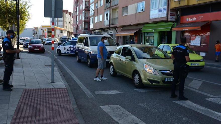 Una furgoneta vuelca en Coiro y un turismo, a punto de despeñarse en el muelle de Massó