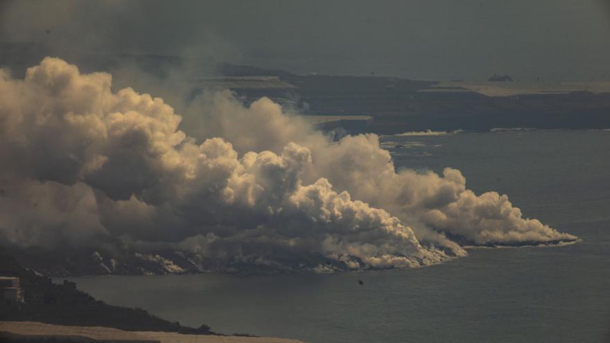 Vídeo | Así cae la lava del volcán de La Palma al mar formando un delta
