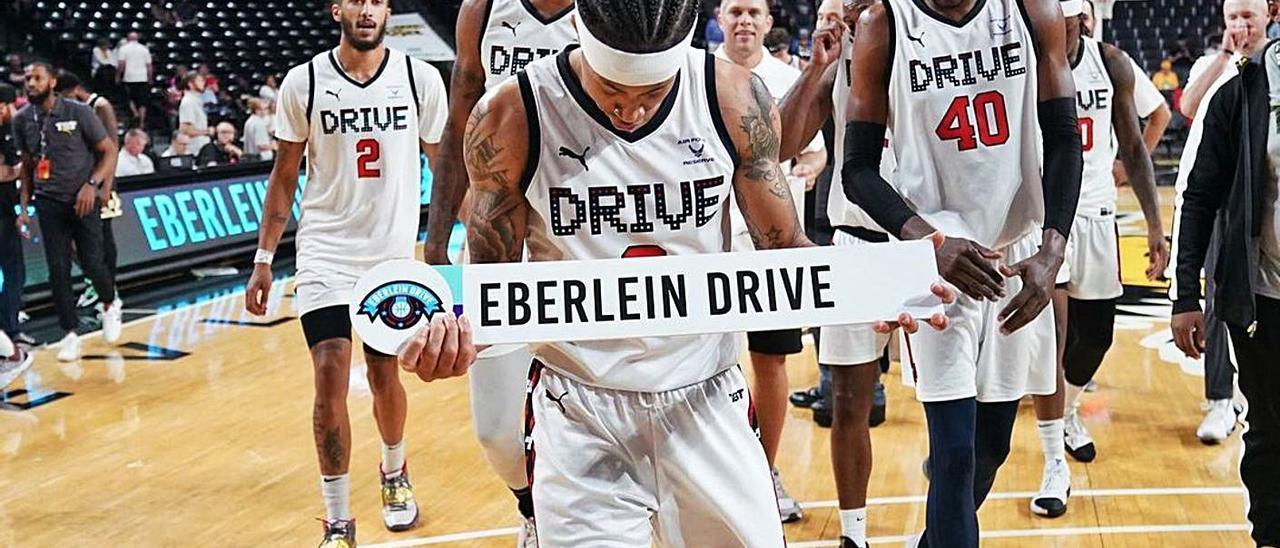 AJ Slaughter, con un cartel con el nombre de su equipo para anunciar la primera victoria en el The Basketball Tournament .     LP/DLP