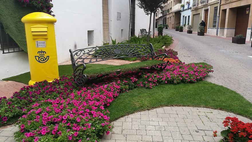Jardines urbanos efímeros en Ondara que dan vida al pueblo y al comercio