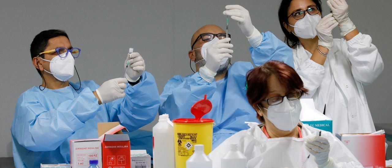 Trabajadores sanitarios preparan dosis de la vacuna COVID-19 de Pfizer-BioNTech en un centro de vacunación contra el coronavirus en Nápoles. Reuters