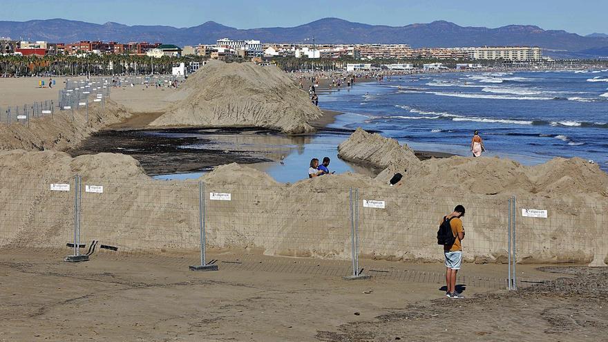 Críticas de turistas y hosteleros por los movimientos de arena en la playa