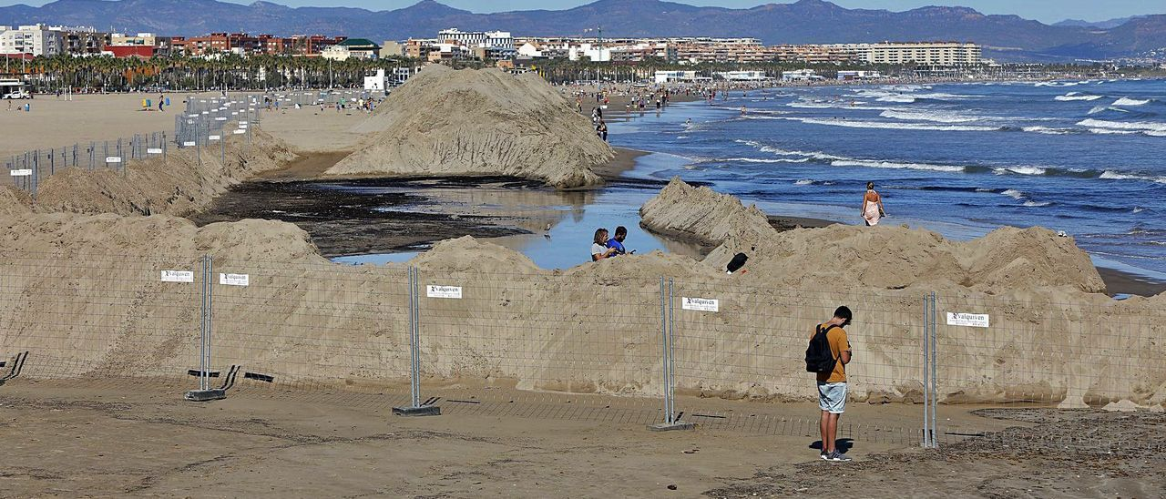 Montones de arena en la  playa del Cabanyal. m.a.m.