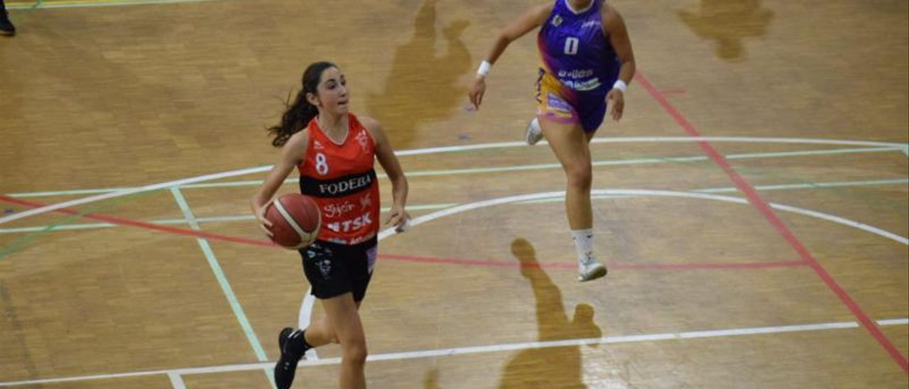 Frechillla, con el balón, ante Ángela Engonga. | ADBA