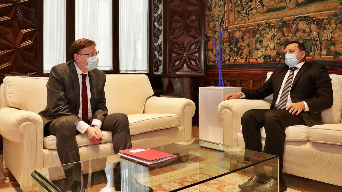 Puig con el presidente del Valencia CF, Murthy