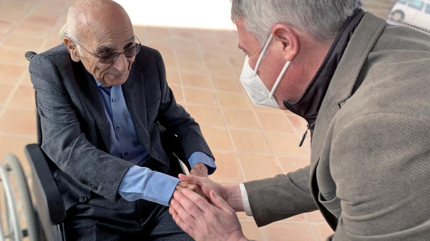 Oliva homenajea a Brines en su 89 cumpleaños