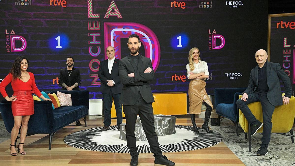 Dani Rovira y los colaboradores de «La noche D», el nuevo programa de humor de La 1. | EP/JOSÉ OLIVA