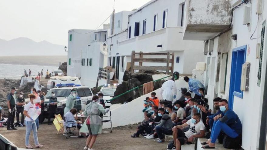 Los vecinos atienden entre lágrimas a los migrantes que arriban en un pueblo costero de Lanzarote