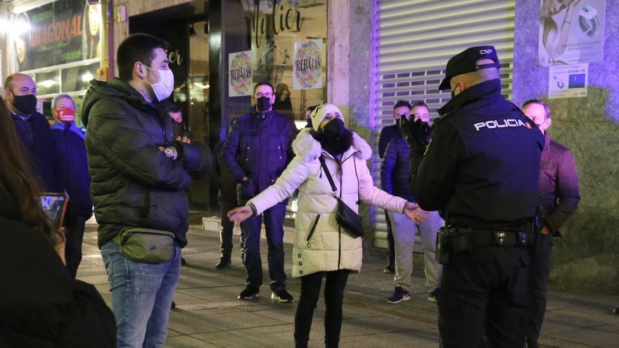 Un grupo de 40 personas desafía el toque de queda con un paseo por el centro de Palencia