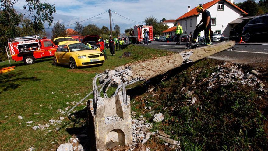Tres fallecidos en carretera al chocar con un poste de hormigón en Valdoviño