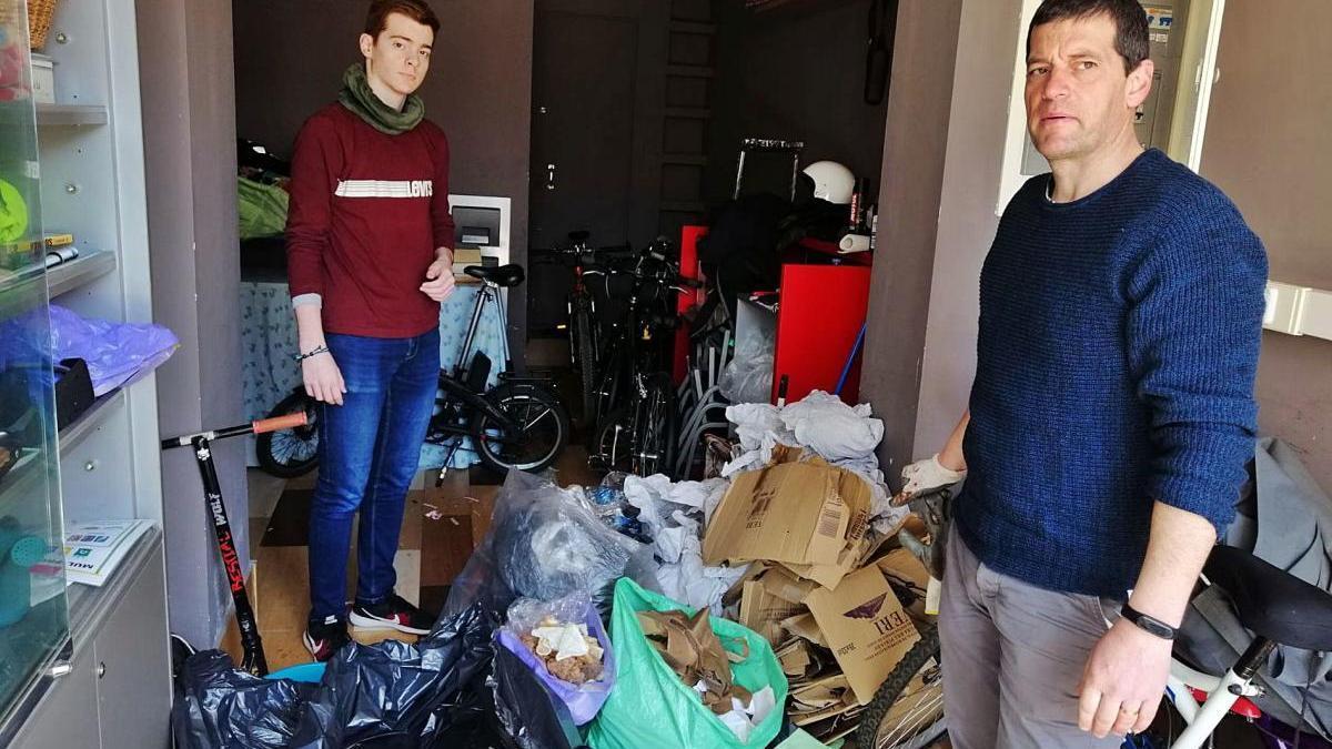 El president de la federació de barris, Toni Erro (dreta), amb el seu fill a punt de fer la separació dels residus generats en una festa veïnal