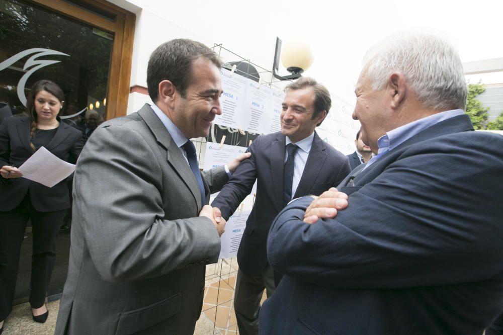 Manuel Illueca saluda a Carlos Parodi, ante Francisco Gómez
