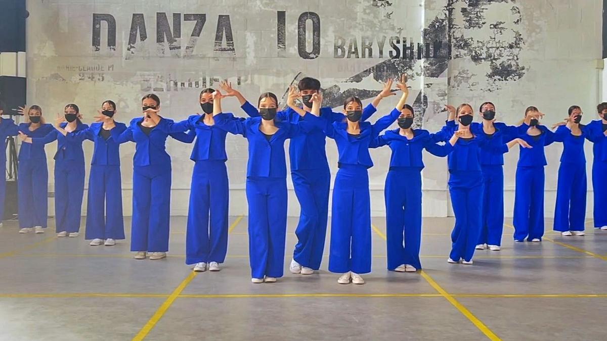 Bailarines de la escuela Danza 10 Studio, que actúan mañana en el Ágora.     // L. O.