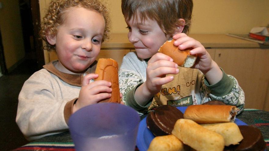 Consum prohibirà la publicitat de dolços i begudes calòriques dirigida a nens