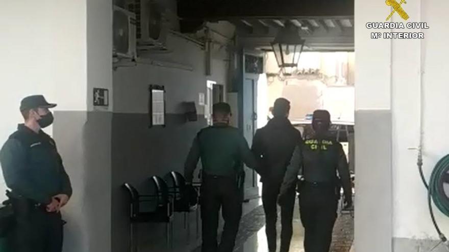 Seis jóvenes agreden a un hombre para robarle el premio de un salón de juegos