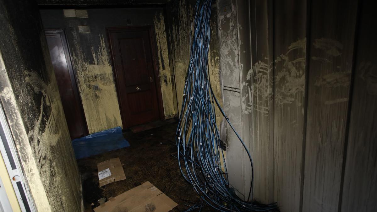 Cableado suelto en el edificio incendiado de la avenida Galicia.