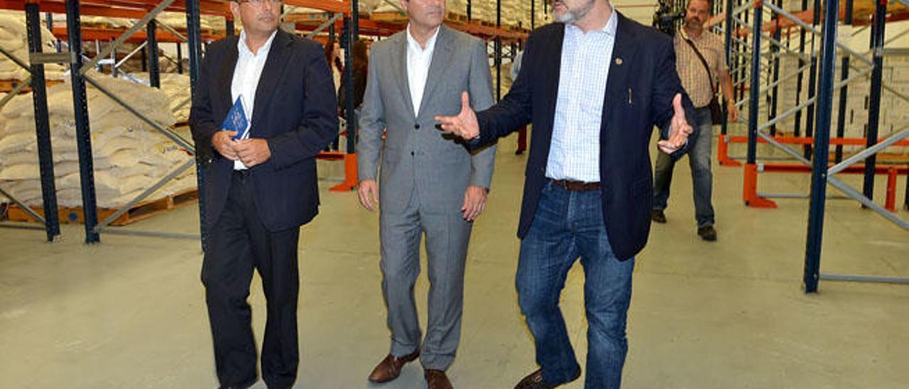 Luis Ibarra, Augusto Hidalgo y Pablo Yuste, ayer, en la base logística del PMA en la ciudad.