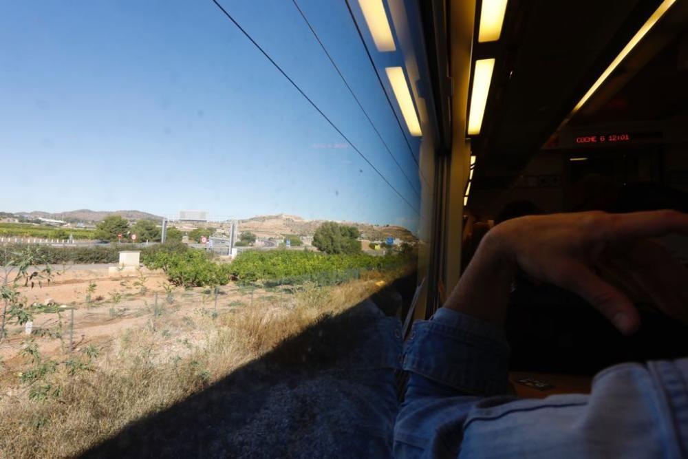 El nuevo AVE Madrid-Castelló, parado antes de entrar a Sagunt.