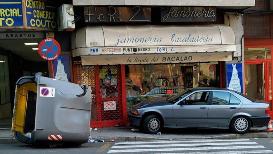Herida en Ourense al quedar atrapada entre un coche y el escaparate de una tienda
