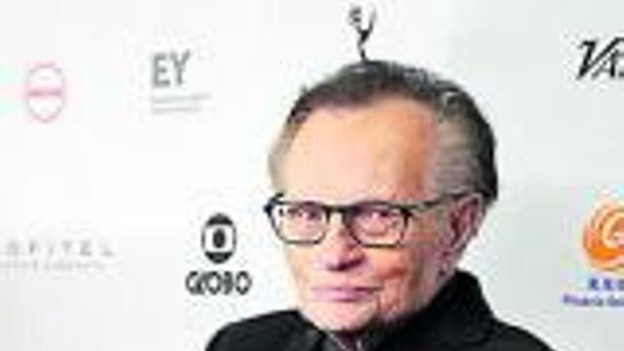 El presentador Larry King, hospitalizado por COVID-19