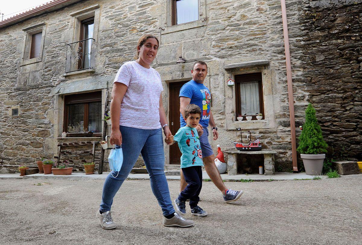 Marina Hernández y Marcos Navarro con su hijo Oliver en O Sixto
