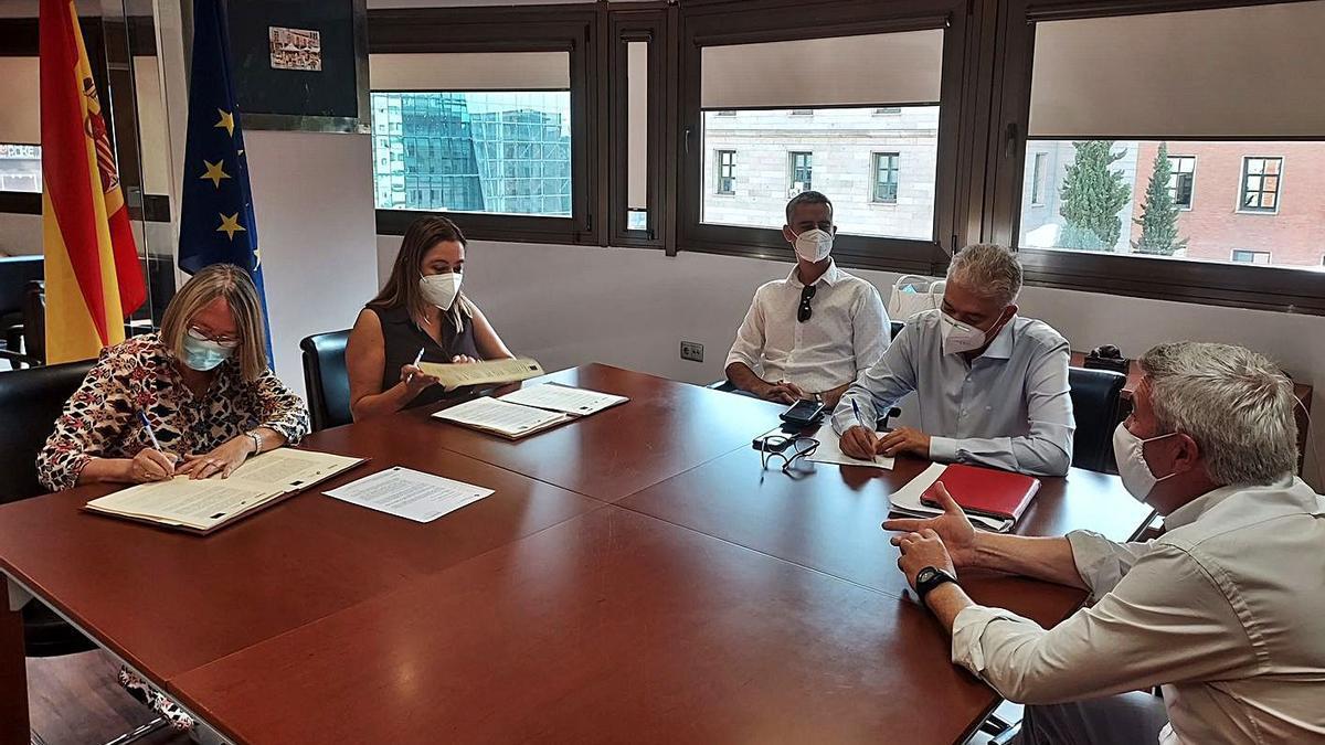 Acto de la firma del convenio entre representantes del Cabildo y el Ministerio de Transición Ecológica.     LP/DLP