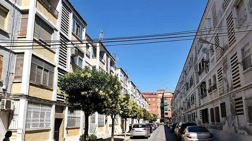 Arrestan al hombre que fue apuñalado por su hija en Alicante cuando agredía a su mujer