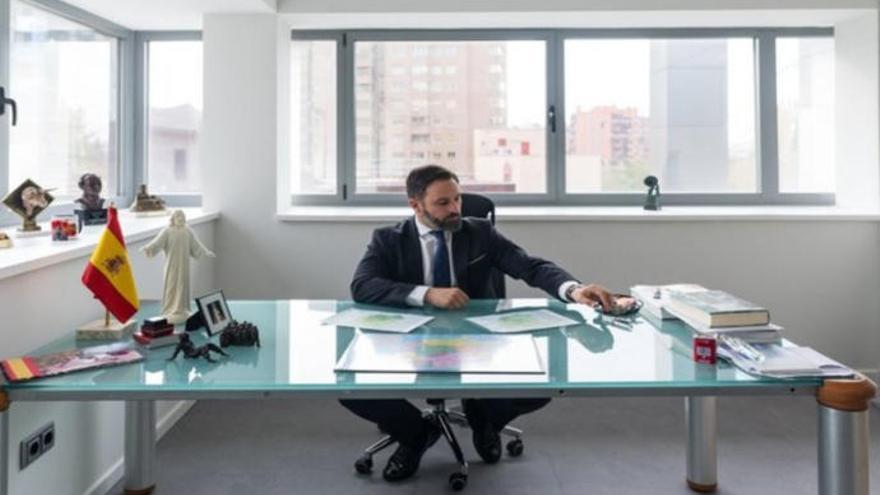 La foto de Santiago Abascal en su despacho llena Twitter de memes