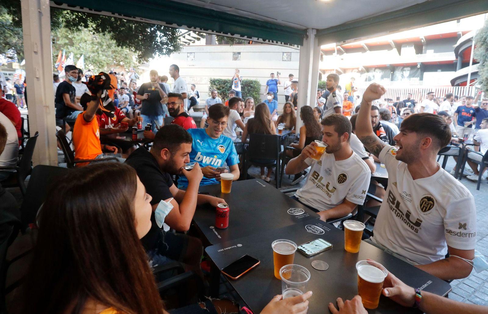Así ha sido la vacunación a las puertas de Mestalla antes del partido entre el Valencia y el Madrid