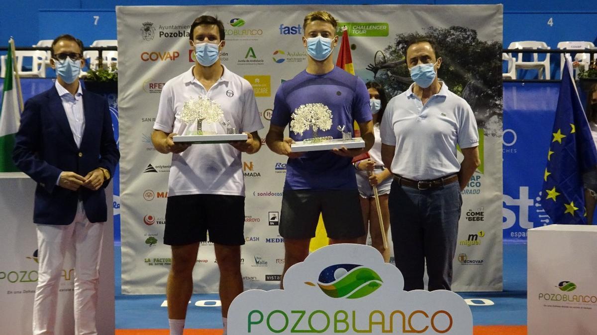 Los campeones de la final de dobles del Open Ciudad de Pozoblanco, con las autoridades presentes.