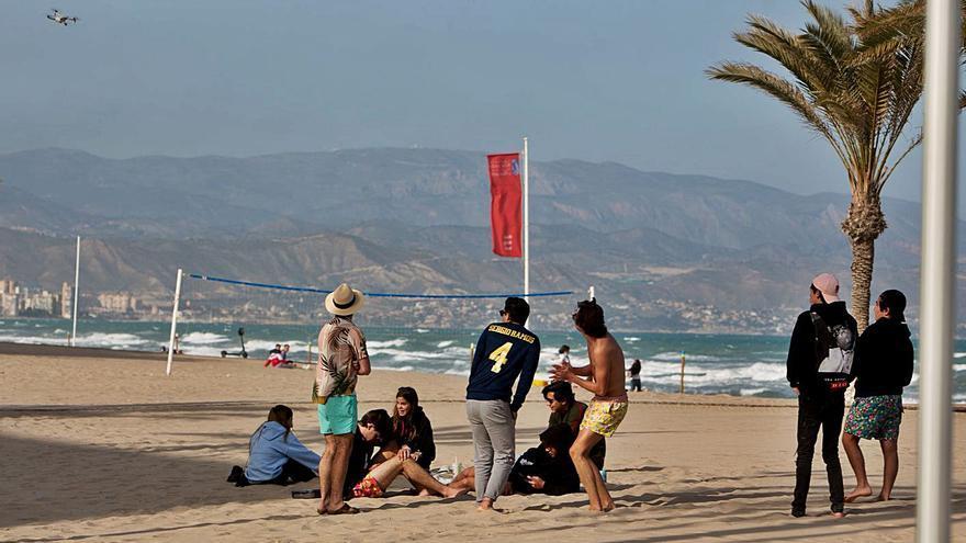 Barceló propone ahora que no sea obligatoria la mascarilla en las playas