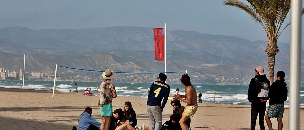 Jóvenes sin distancia ni mascarilla, sorprendidos por un dron sobrevolando la playa de San Juan.